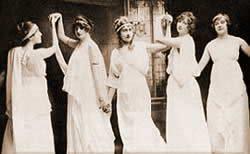 Agatha (u sredini) na jednoj od pozorisnih predstava