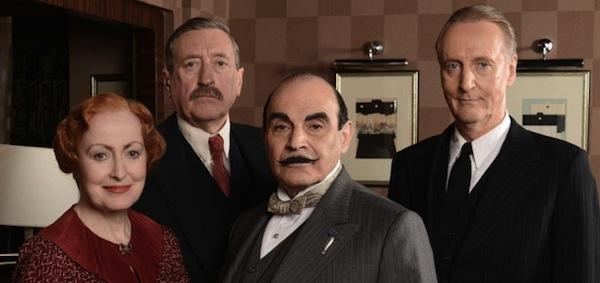 Pauline Moran kao Poirotova tajnica, gospođica Lemon; Philip Jackson kao viši inspektor Japp; David Suchet kao Hercule Poirot te Hugh Fraser kao njegov vjerni pratilac, satnik Hastings.
